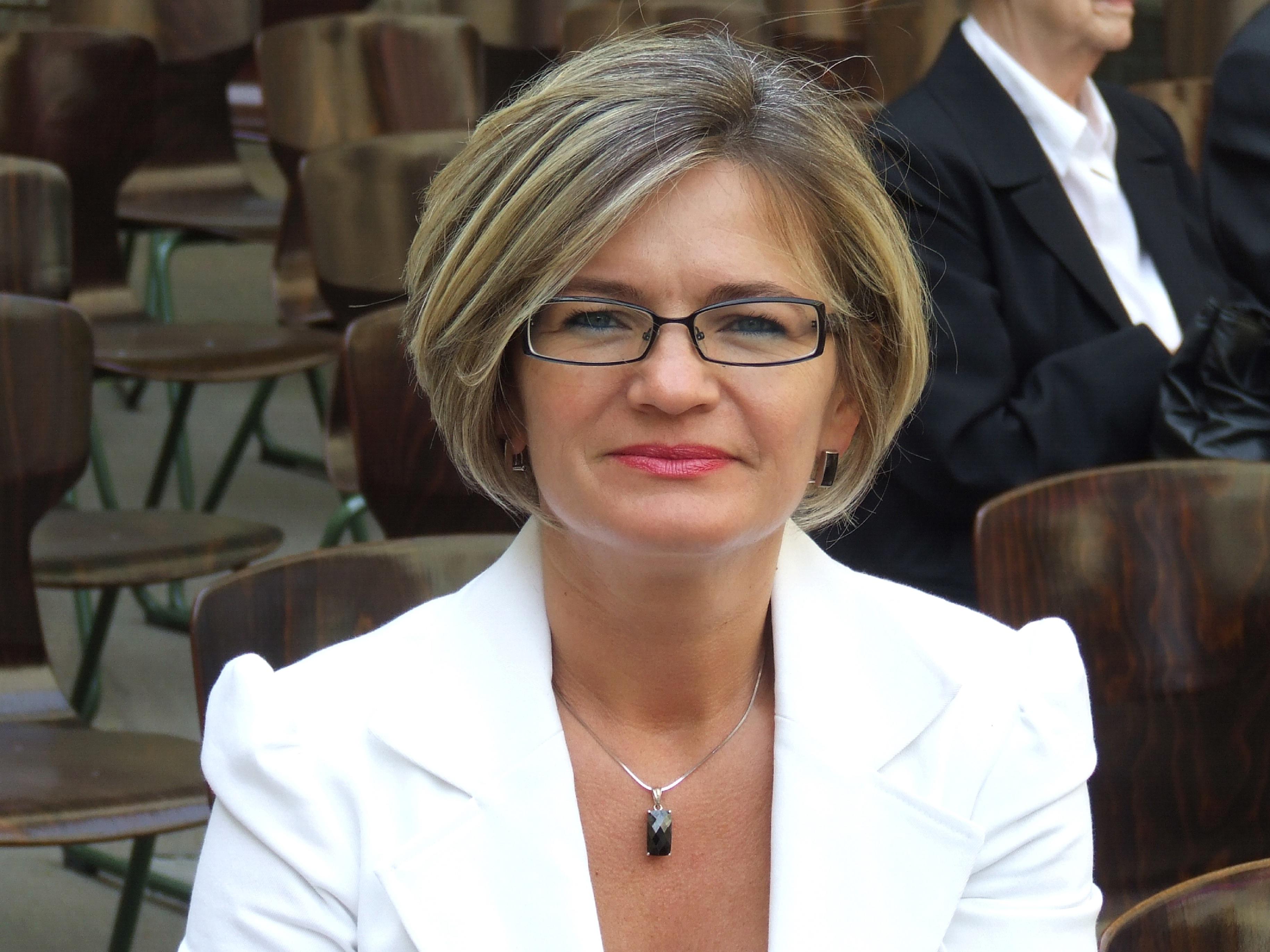 Dr. Ibolya Csákó
